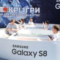 18810 Роздягтися за Galaxy S8: у Києві на Хрещатику проходить незвичайний конкурс