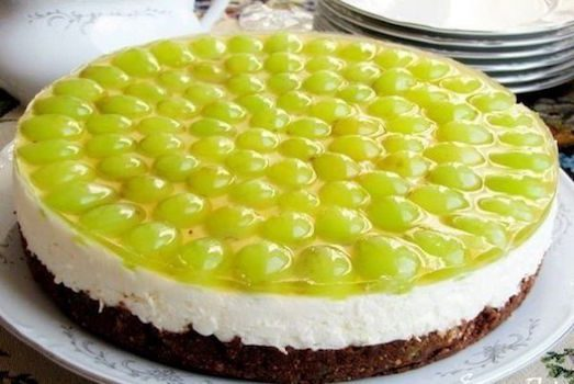 20483 Красивий і смачний торт з виноградом