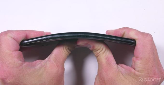Новий флагман HTC U11 випробуваний на міцність і зламався при вигині (відео)