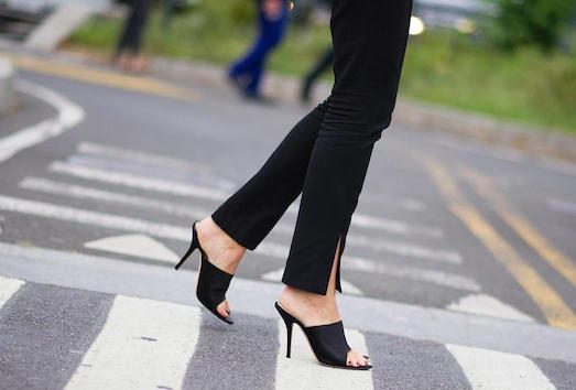 20647 З чим модно носити яскраві мюли?