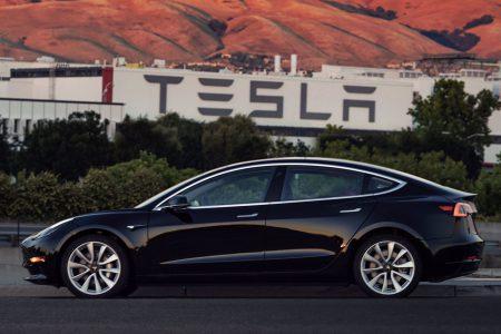 21548 Ілон Маск показав першу Tesla Model 3, сошедшую з конвеєра