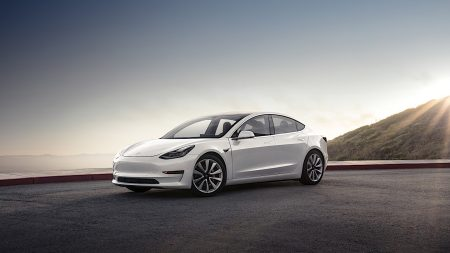 22259 Tesla починає продажі електромобілів Model 3, далекобійна версія з запасом ходу 500 км коштує $44 тис.