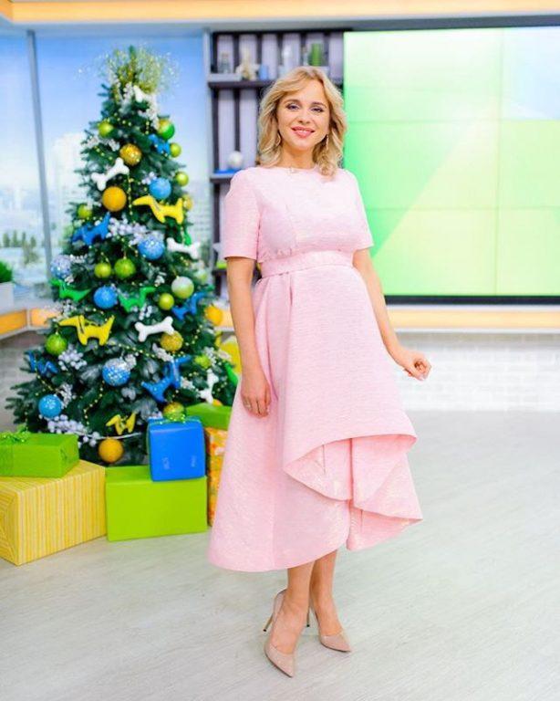 33612 Нежный образ: беременная Лилия Ребрик позирует в облегающем платье