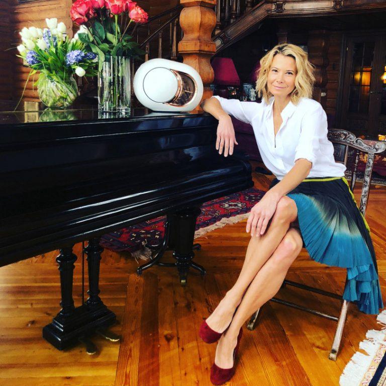 Які ноги! 44-річна Юлія Висоцька засипала мережа знімками в міні-нарядах