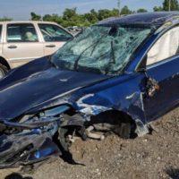 39073 Після аварії Tesla Model 3 з кількома переворотами кабіна зберегла цілісність, а водій не отримав серйозних травм