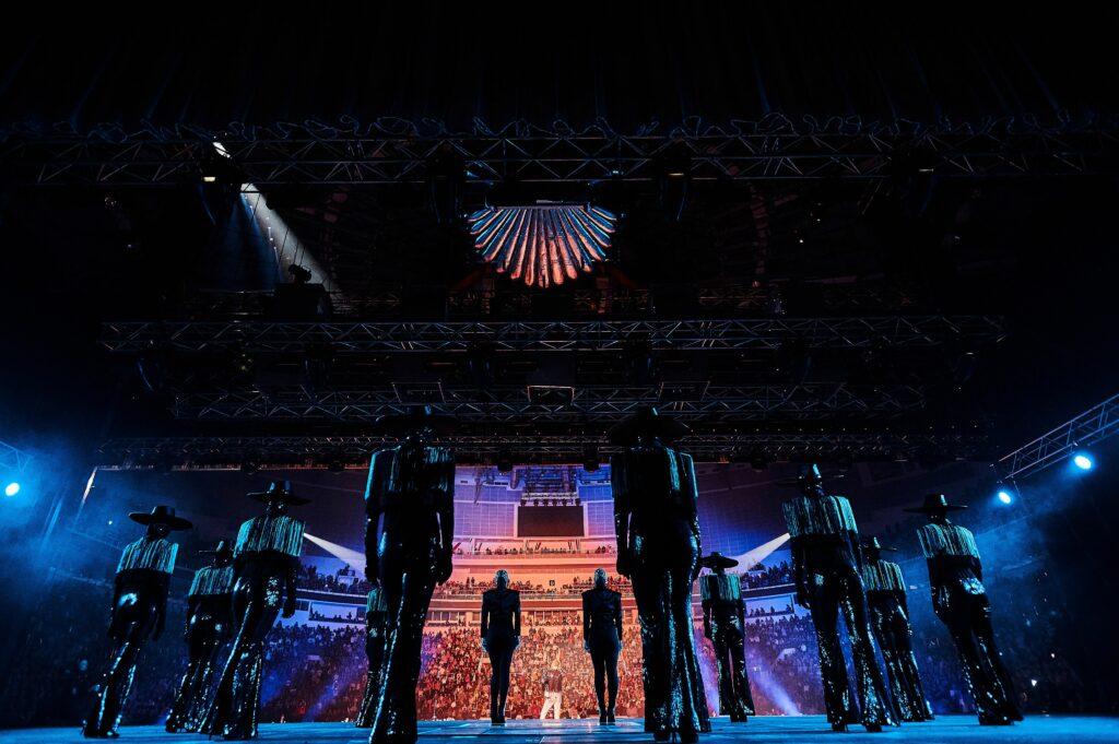 42201 Солд-аут и концерты на бис: стартовал мировой тур Макса Барских. Первые фото!