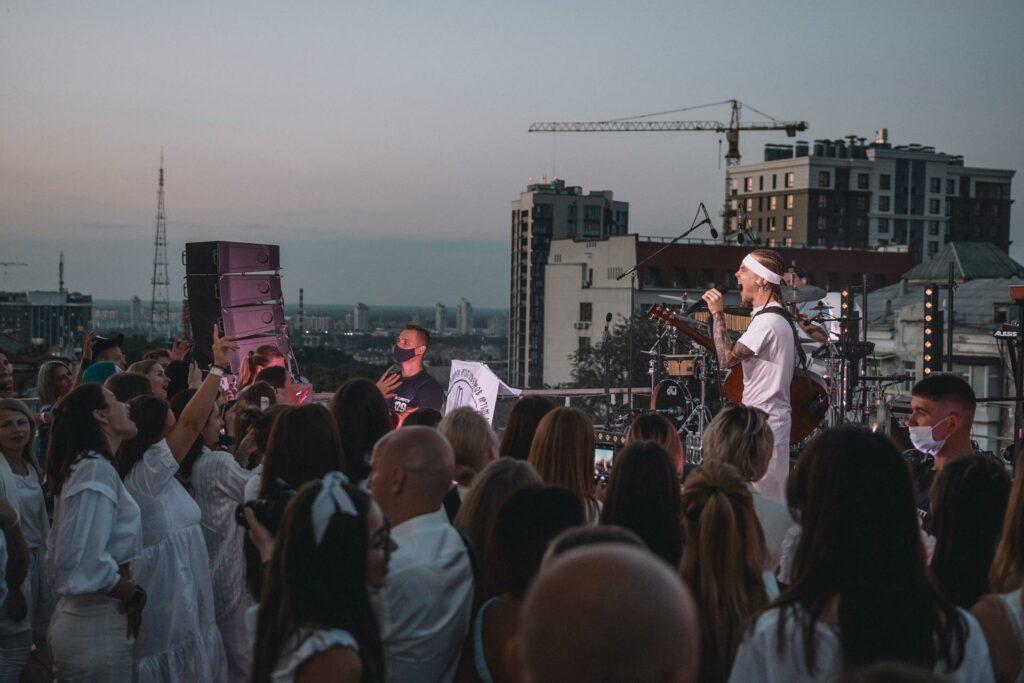 47372 Захід, білий дрес-код і два sold out: Як в Києві пройшли акустичні концерти Артема Пивоварова
